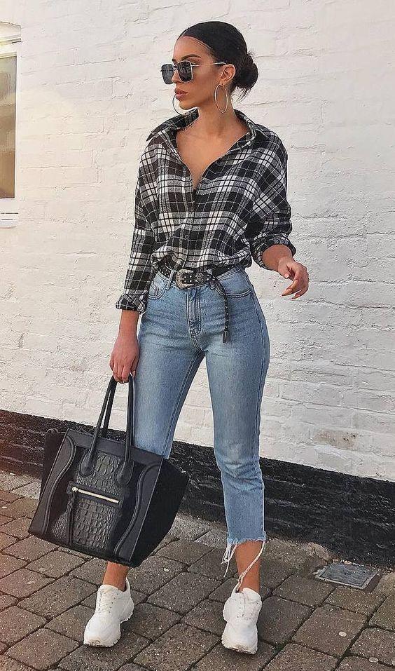 camisa cinza xadrez, calça jeans com barra desfiada e tênis branco