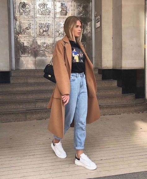 trench coat, t-shirt, mom jeans e tênis branco