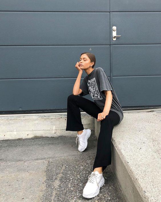 t-shirt cinza, calça flare preta e tênis branco