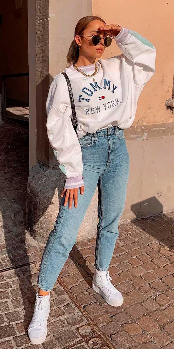 moletom cinza, mom jeans e tênis plataforma