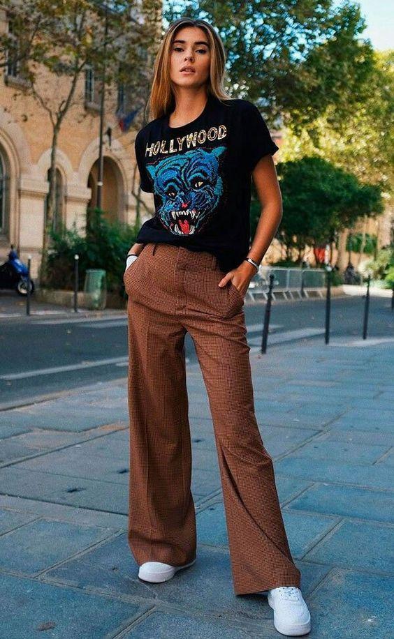 t-shirt preta, calça de alfaiataria merrom e tênis branco