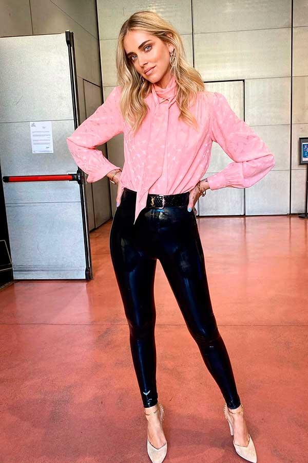 peças coloridas, camisa rosa e calça preta