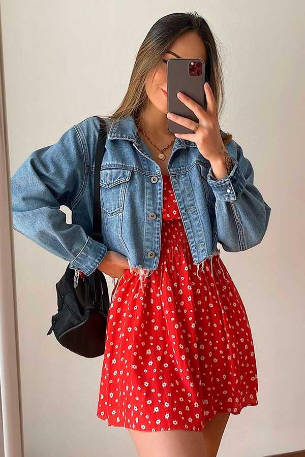 vestido vermelho com jaqueta jeans cropped