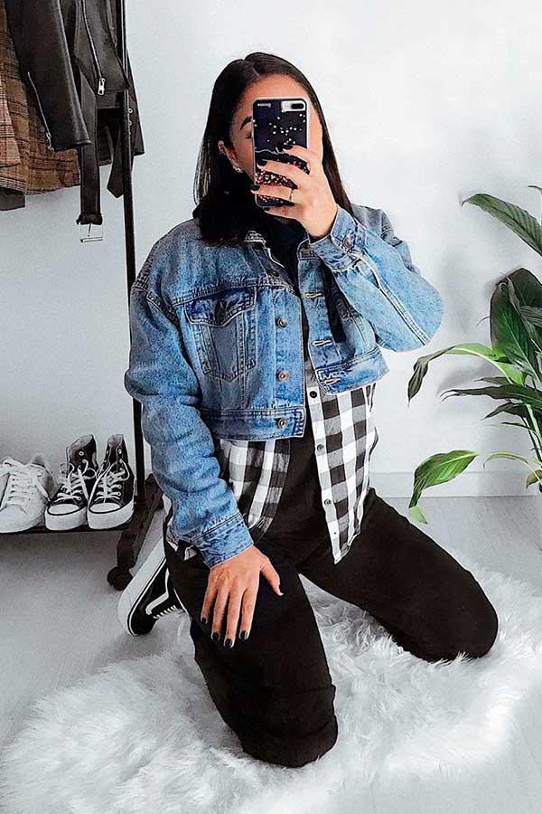sobreposição com camisa xadrez e jaqueta jeans cropped