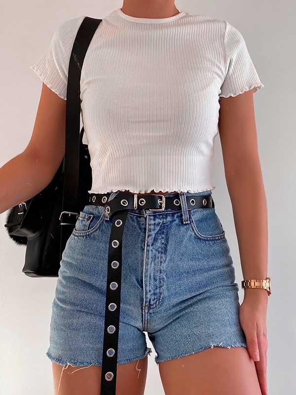 mochilinha,, blusa branca, cinto preto, short jeans desfiado