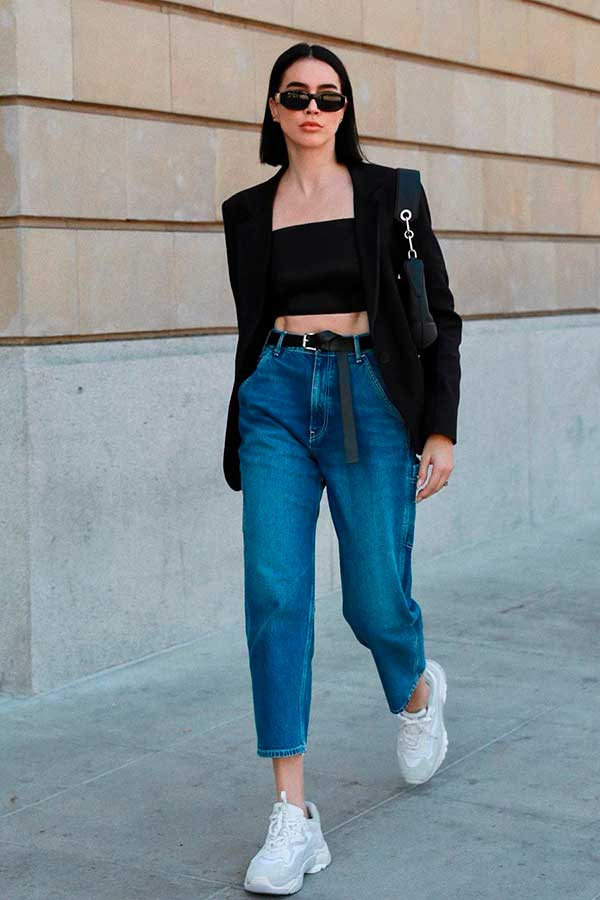 blazer preto, top faixa e mom jeans