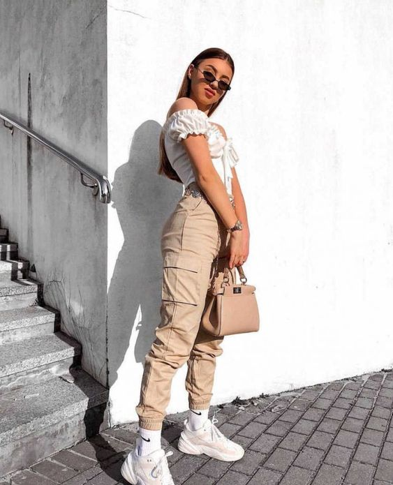 top ombro a ombro, calça cargo e chunky sneakers