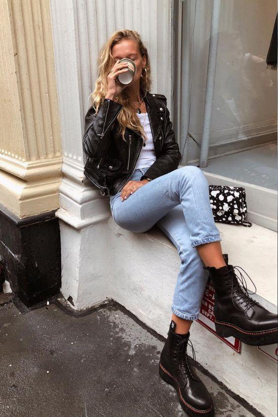 jaqueta de couro e coturno e mom jeans