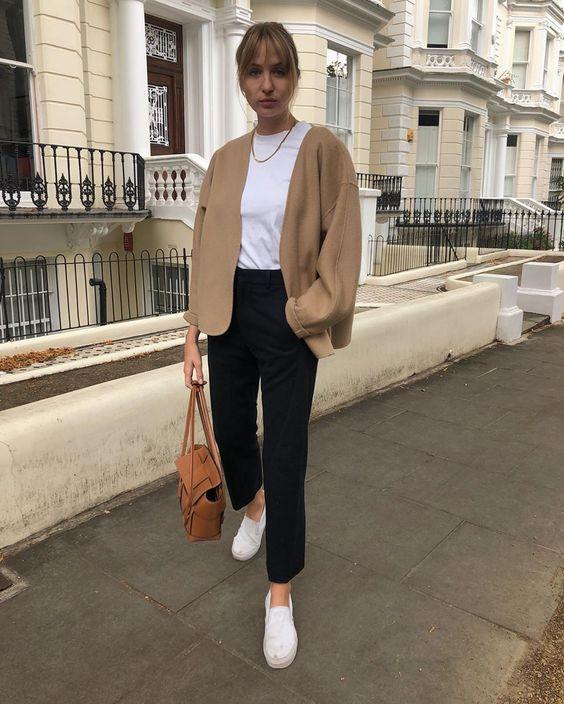 combinacoes minimalistas, suéter bege e calça preta