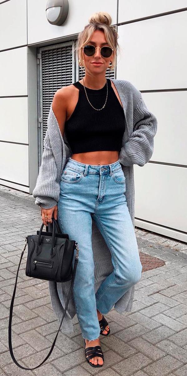 cropped preto, maxi cardigan e mom jeans