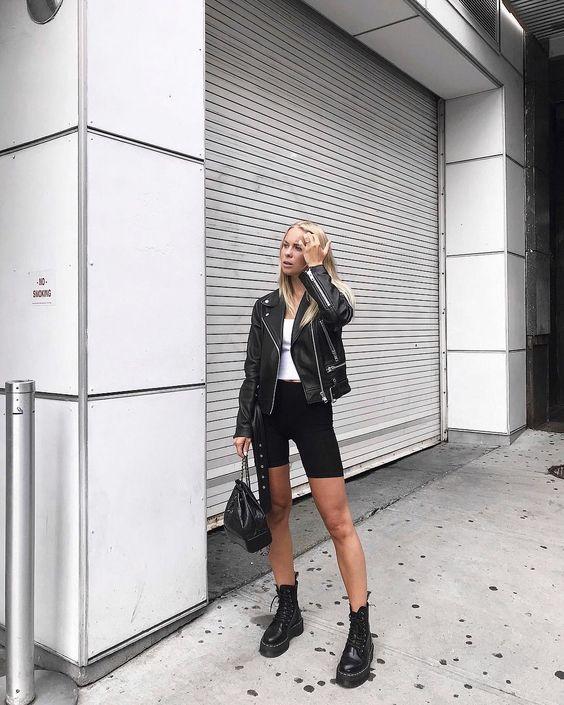jaqueta de couro e coturno com biker shorts