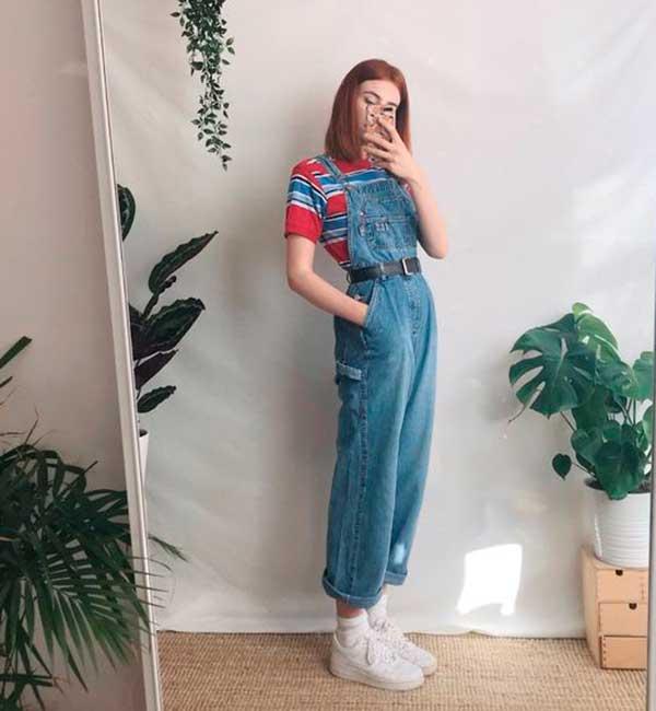 jardineira jeans e t-shirt estampada listrada