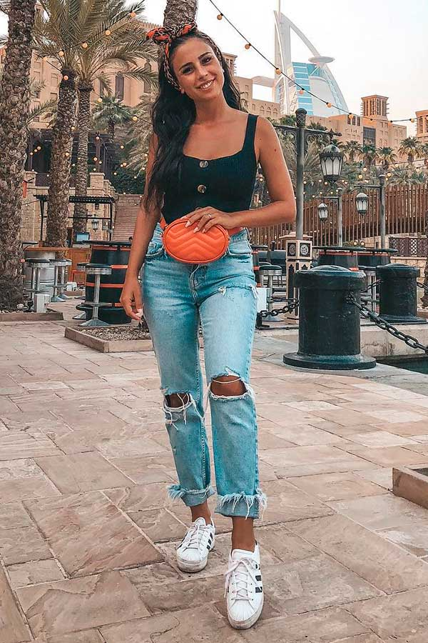 Looks estilosos, regata preta e mom jeans