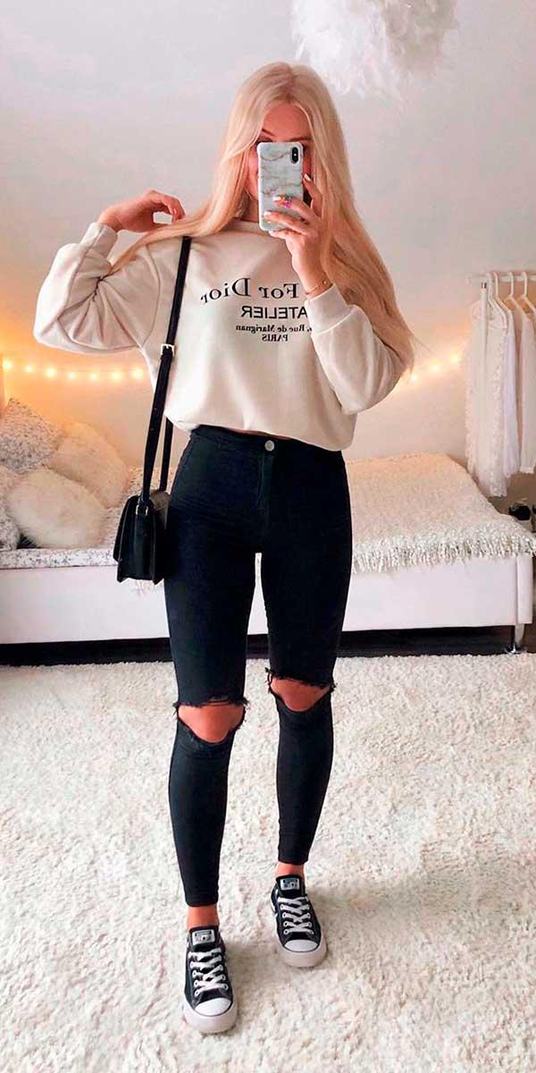 Moletom bege e calça skinny preta