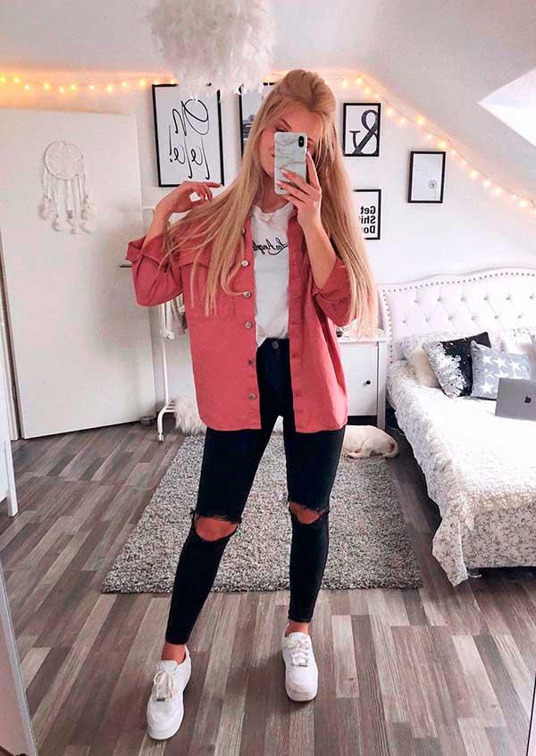Lisa Rosii, camisa rosa, t-shirt branca e calça preta rasgada
