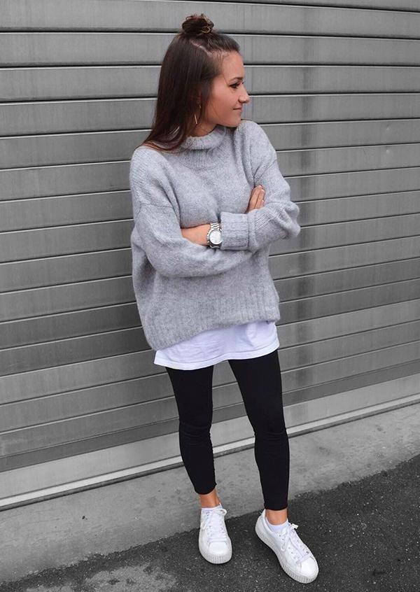 sobreposição com t-shirt branca, suéter cinza de gola alta e calça legging