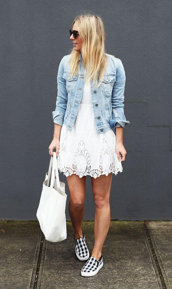 vestido branco de renda, jaqueta jeans cropped