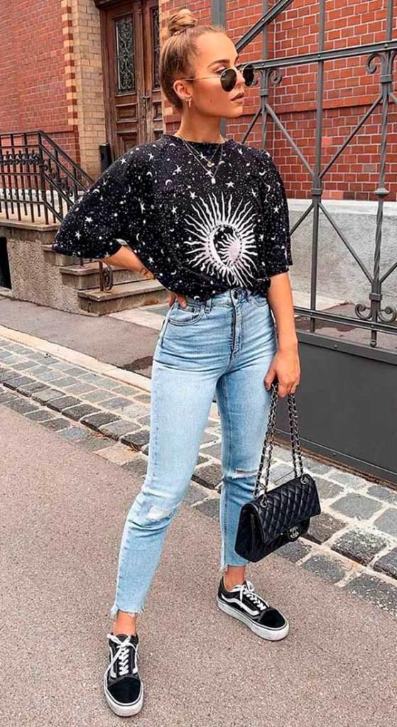 blusa preta,mmom jeans e tênis