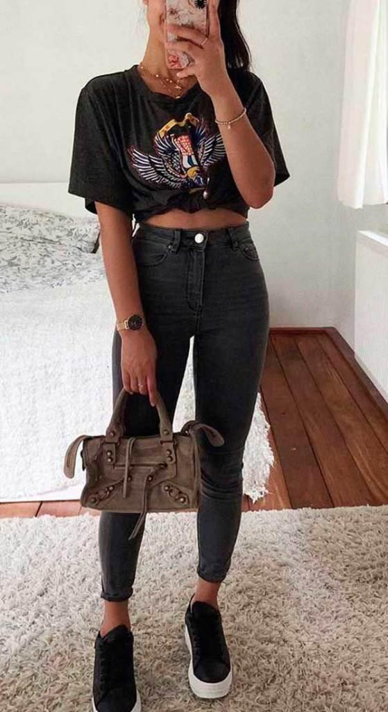blusa com nozinho, calça skinny e tênis