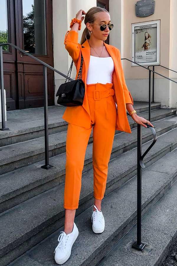 alizia zuschlag, terninho laranja, regata e tênis branco