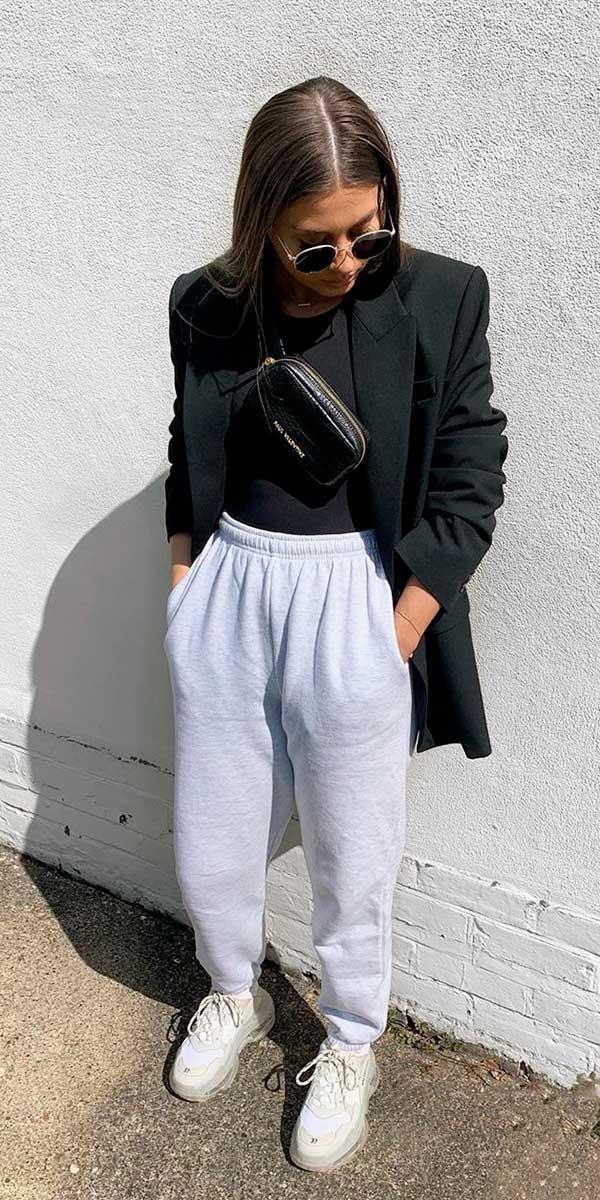 blazer, blusa preta e calça de moletom