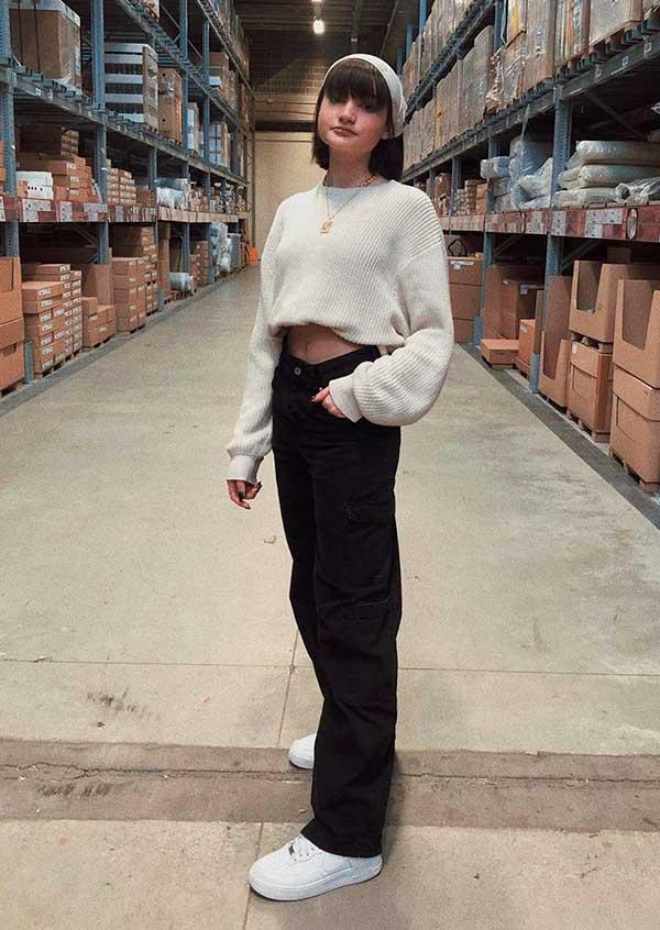 suéter bebe, calça preta larga e tênis branco