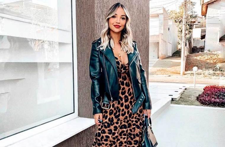 , jaqueta de couro e vestido longo