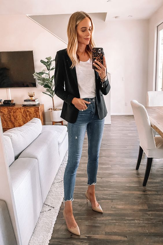 blazer preto, regata branca calça jeans e scarpin bege
