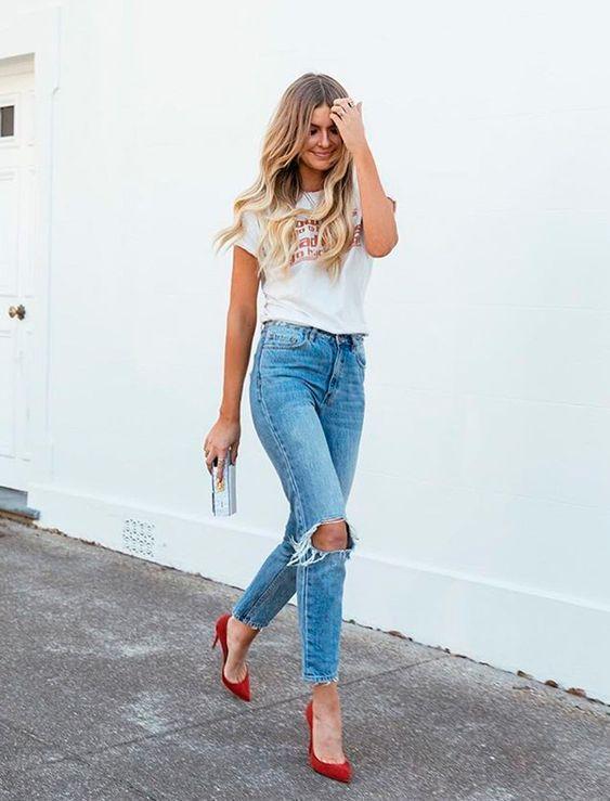 blusa branca, jeans destroyed e sapato vermelho