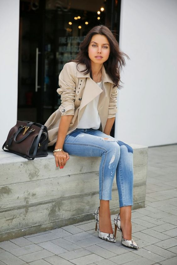 trench coat, blusa branca calça jeans e scarpin, jeans destroyed