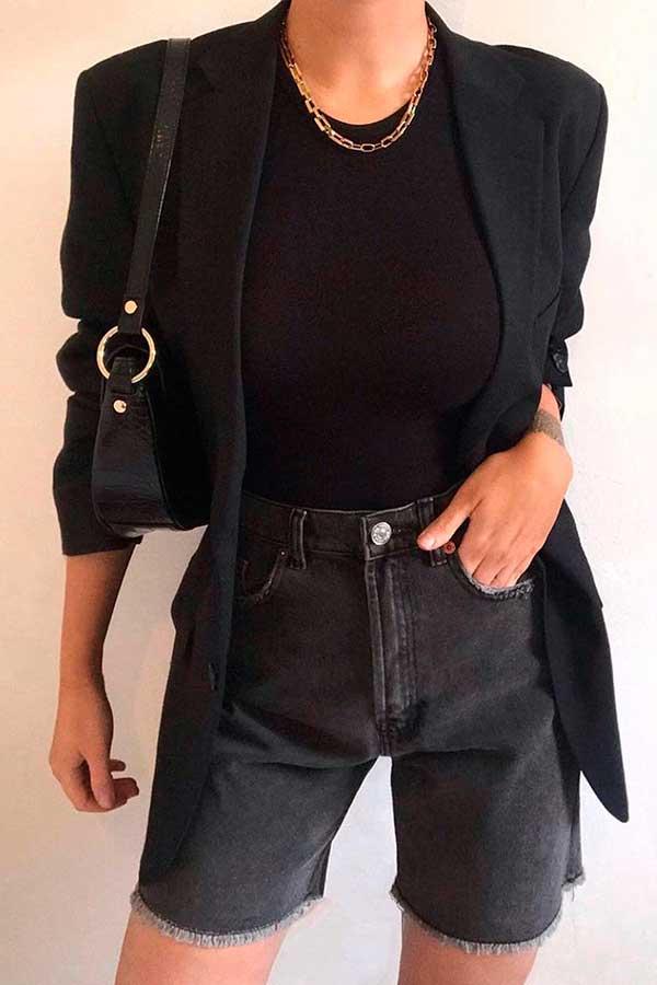 look all black com dourado, blazer preto, t-shirt e bermudinha