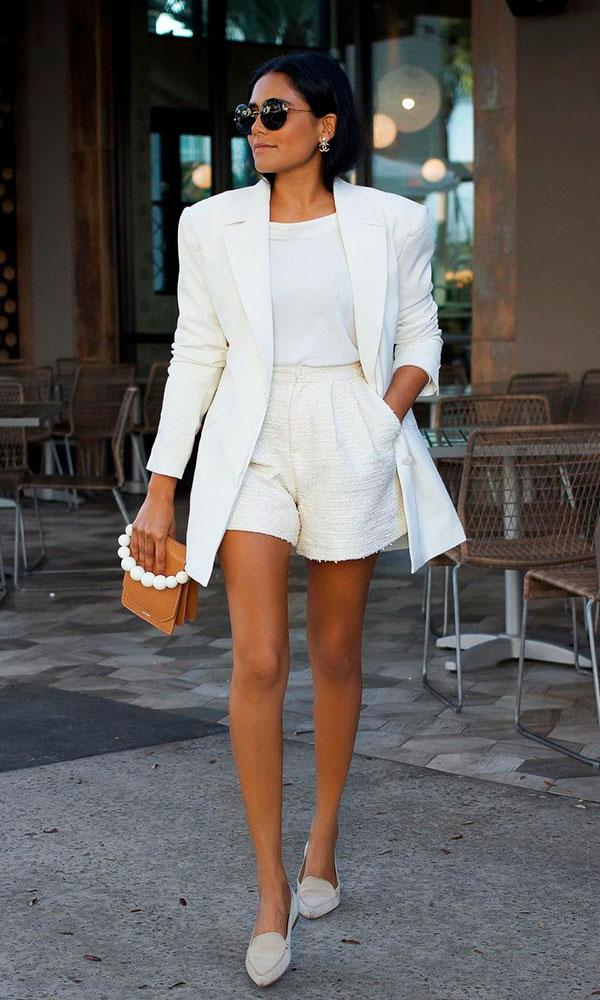 look total white com blazer e shortinho