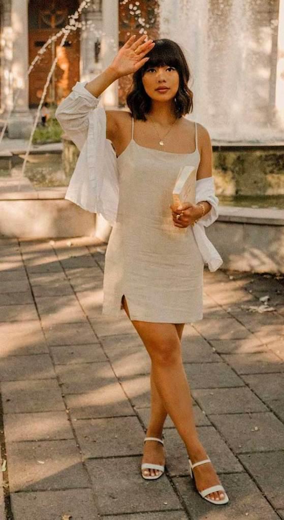 Katie Cung, slip dress e sandália de tiras