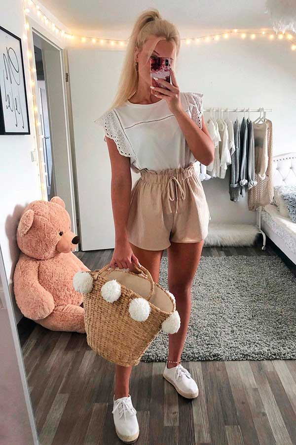 t-shirt branca, short clochard e tênis branco