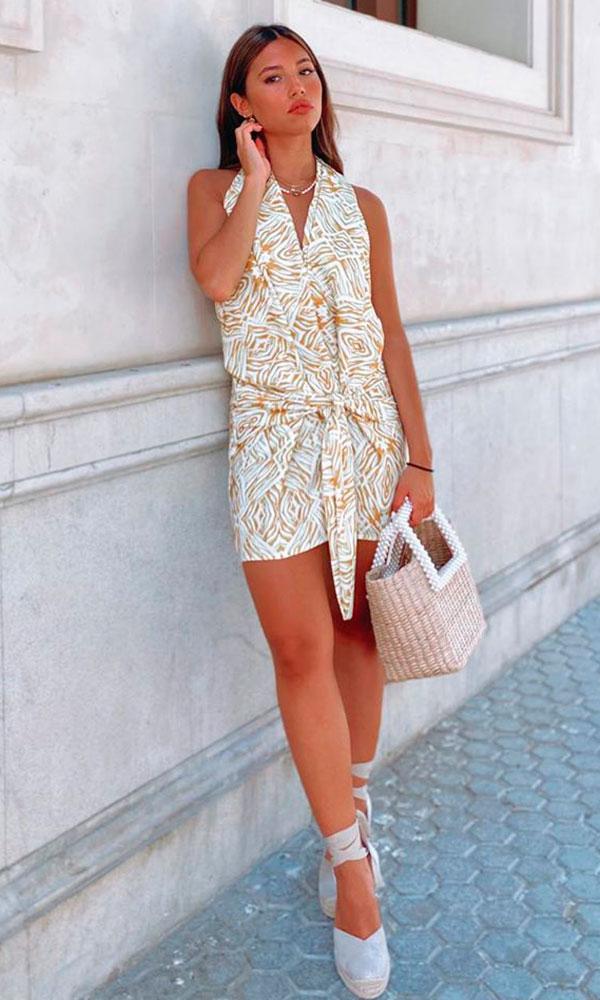vestido curto e espadrilha