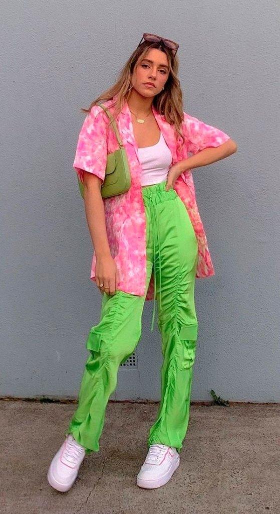 camisa rosa tie-dye, calça verde e tênis branco