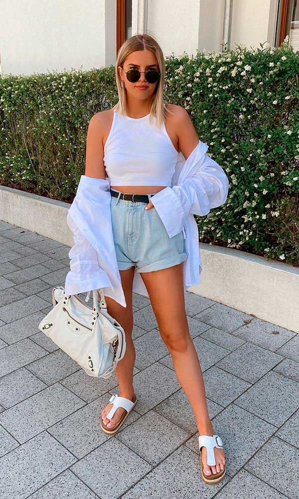 tons claros, cropped branco e short jeans