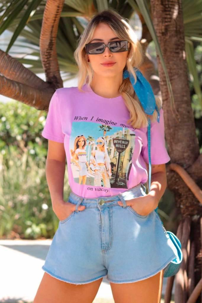t-shirt colorida lilás, short godê jeans e lenço no cabelo