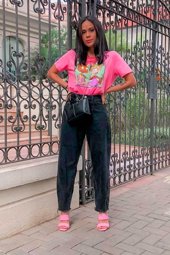 t-shirt colorida rosa, slouchy jeans e sandália rosa