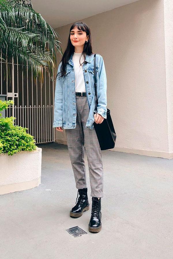 jaqueta jeans, blusa branca , calça cinza xadrez e coturno