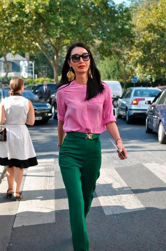 blusa rosa e calça de alfaiataria