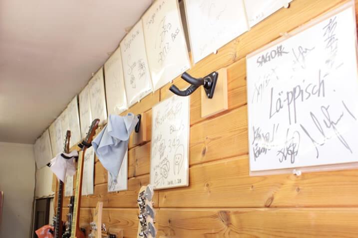壁に掛けられたアーティストの色紙