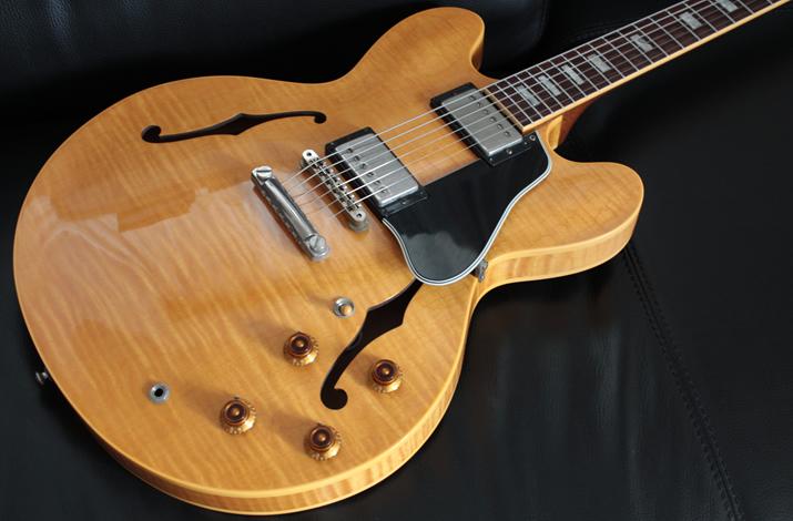 セミアコースティックギター