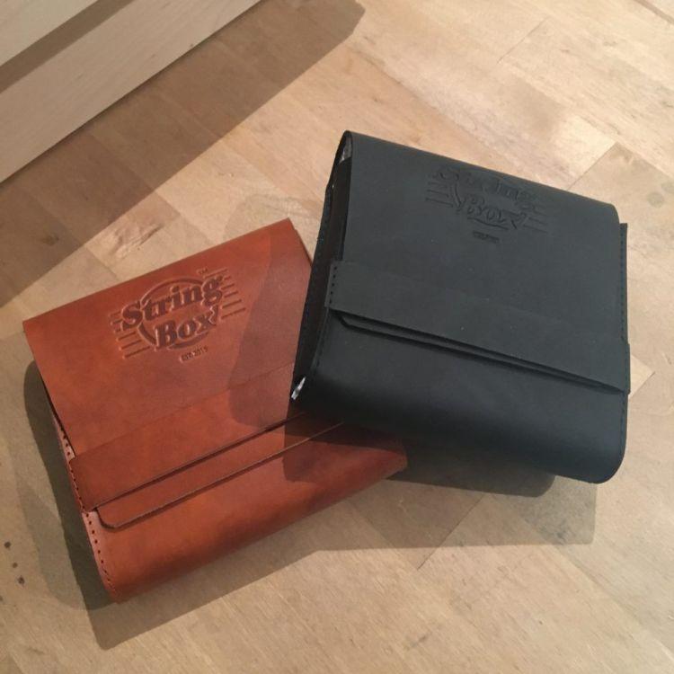 Stringbox : étui en cuir pour les cordes de guitare