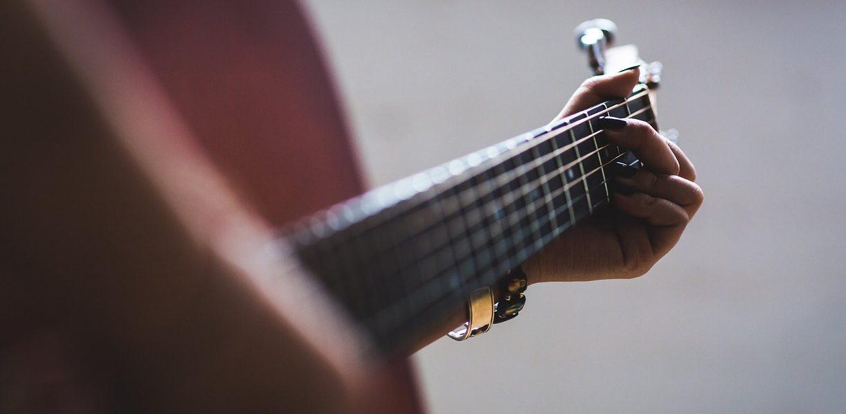 弾き語りをするギタリスト
