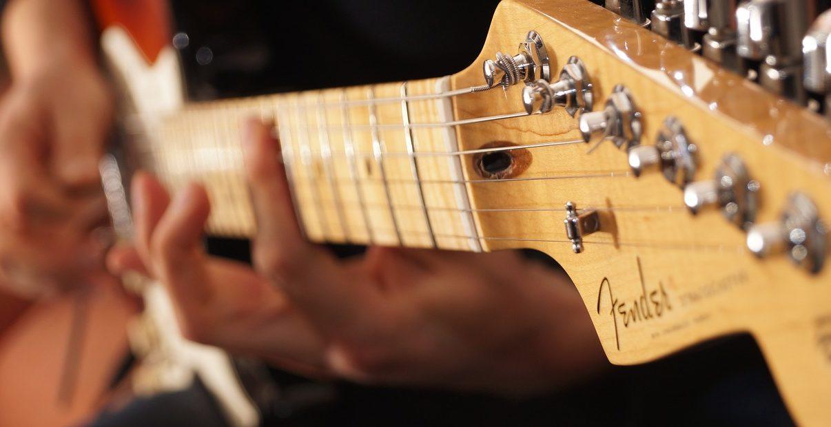 カッティングギターを弾くギタリスト