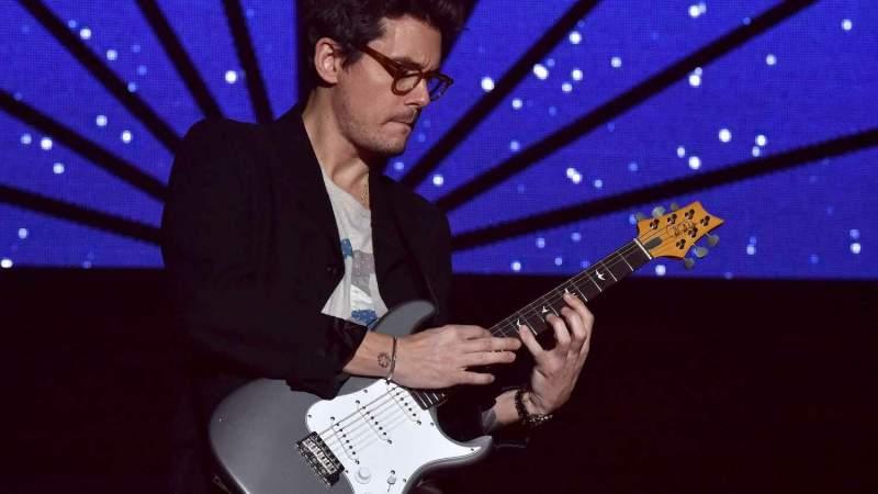 John Mayer se apresentando no palco com sua guitarra signature da PRS