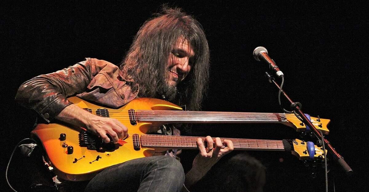 Bumblefoot tocando uma guitarra de dois braços