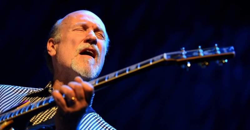 John Scofield tocando guitarra