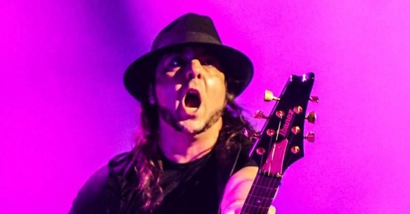Daron Malakian com uma guitarra Ibanez